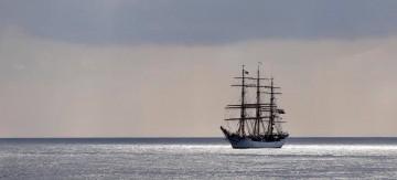 """La fragata """"Danmark"""", con el aparejo aferrado, enfila la bocana del puerto de Santa Cruz de Tenerife"""