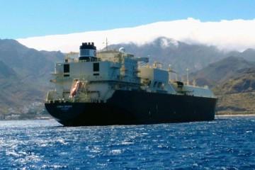 """El buque metanero """"Arwa Spirit"""", fondeado frente a San Andrés"""