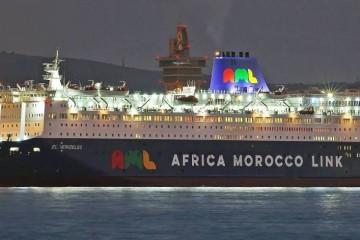 """Este es el aspecto nocturno del ferry """"El Venizelos"""", atracado en el puerto de Algeciras"""