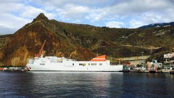 """El ferry """"Albayzin"""", atracado en el puerto de Santa Cruz de La Palma"""