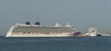 """Por la proa del buque """"Britannia"""" vemos la popa del buque """"Harmony of the Seas"""""""