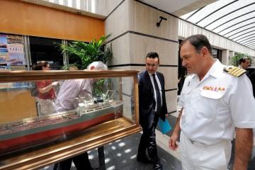 """El comandante naval y el director del puerto de Tenerife observan la maqueta del petrolero """"Albuera"""""""