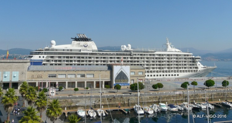 "El buque ""The World"", atracado en el puerto de Vigo"