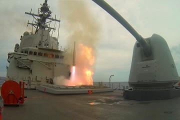"""Momento del lanzamiento de un misiles desde la fragata """"Cristóbal Colón"""""""