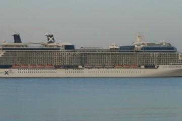 """El buque """"Celebrity Equinox"""", visto en toda su eslora por la banda de estribor"""