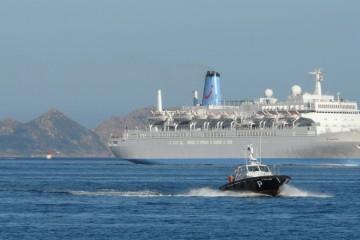 El buque enfila el puerto de Vigo, con práctico a bordo