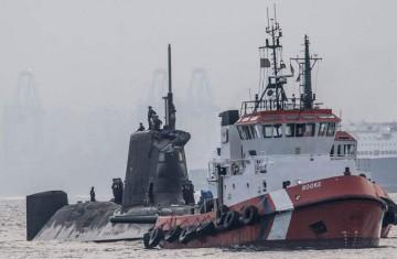 """A remolque del """"Rooke"""", el submarino entra en el puerto de Gibraltar"""