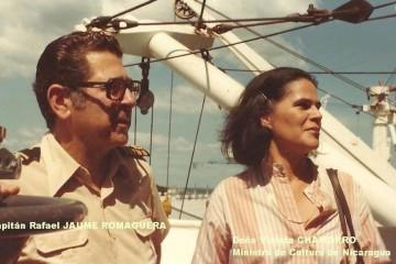 """Violeta Chamorro y el capitán Rafael Jaume, a bordo del buque """"Roncesvalles"""""""