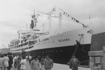 """El trasatlántico español """"Begoña"""", en la única escala que hizo en el puerto de Santa Cruz de La Palma"""