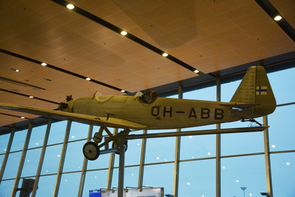 El avión Junskers A.50 Junior está expuesto en la Terminal 2 del aeropuerto de Helsinki