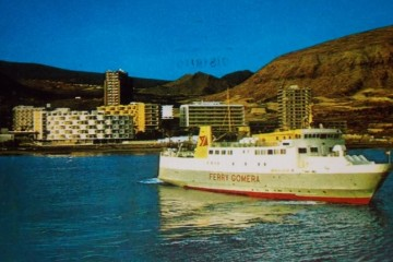 """El primer """"Benchijigua"""" maniobrando en el puerto de Los Cristianos"""