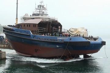 "El casco del remolcador ""Hammerfest"", al tomar contacto con el agua"