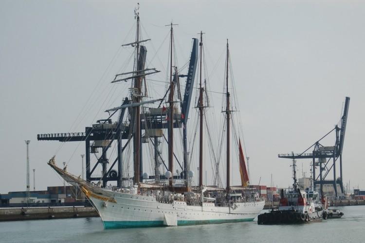 """El buque-escuela """"Juan Sebastián de Elcano"""", a su llegada esta mañana al puerto de Cádiz"""