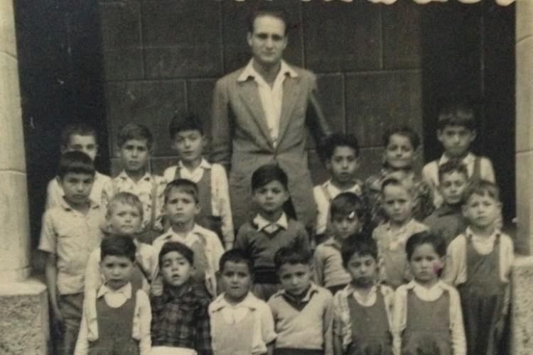 Raúl Quintana Torres y un grupo de alumnos en la escuela de Las Indias