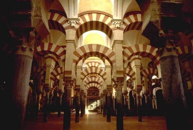 Los arcos inferiores son de herradura y los arcos superiores son de medio punto