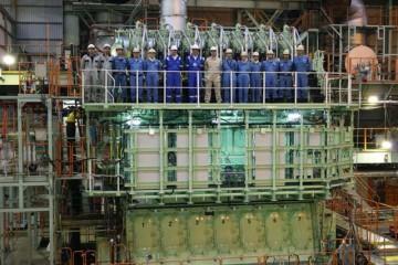 El equipo técnico posa en foto de familia junto al nuevo motor MAN B&W