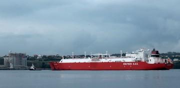 """El buque metanero """"Sestao Knutsen"""", a su llegada a la planta de Reganosa"""