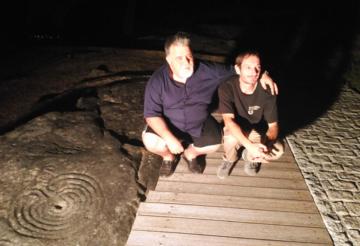 Antonio Padrón Santiago y el arquélogo Alberto Martínez Gago, junto a uno de los petroglifos