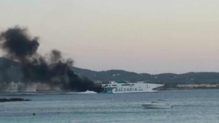 """La densa humareda tras la popa del catamarán """"Jaume III"""""""
