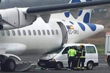 La furgoneta, empotrada contra el avión de Canaryfly
