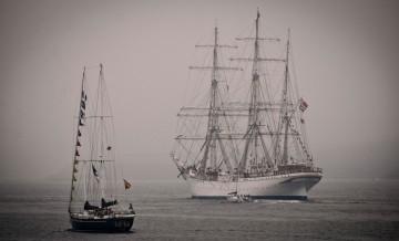 """El buque-escuela noruego """"Statsraad Lehmkuhl"""" , seguido de cerca por el español """"Juan de Lángara"""""""