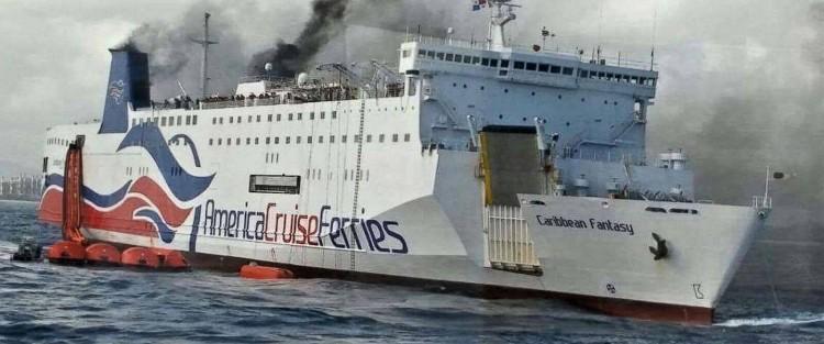 """Este es el aspecto exterior del buque """"Caribbean Fantasy"""", con el fuego visible"""