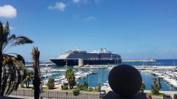 """El buque """"Oosterdam"""" destaca en el entorno marítimo del puerto y la ciudad de Ceuta"""