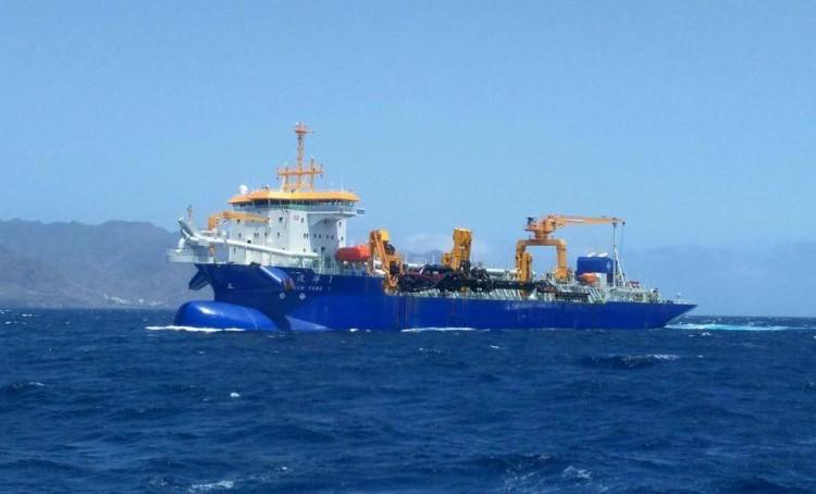 "La draga ""Jun Yang 1"", en aguas de Santa Cruz de Tenerife"