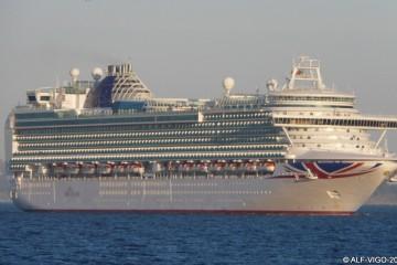 """El buque """"Ventura"""", a su llegada esta mañana al puerto de Vigo"""