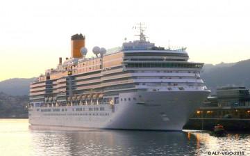 """El buque """"Costa Luminosa"""", atracado en el muelle de trasatlánticos de Vigo"""