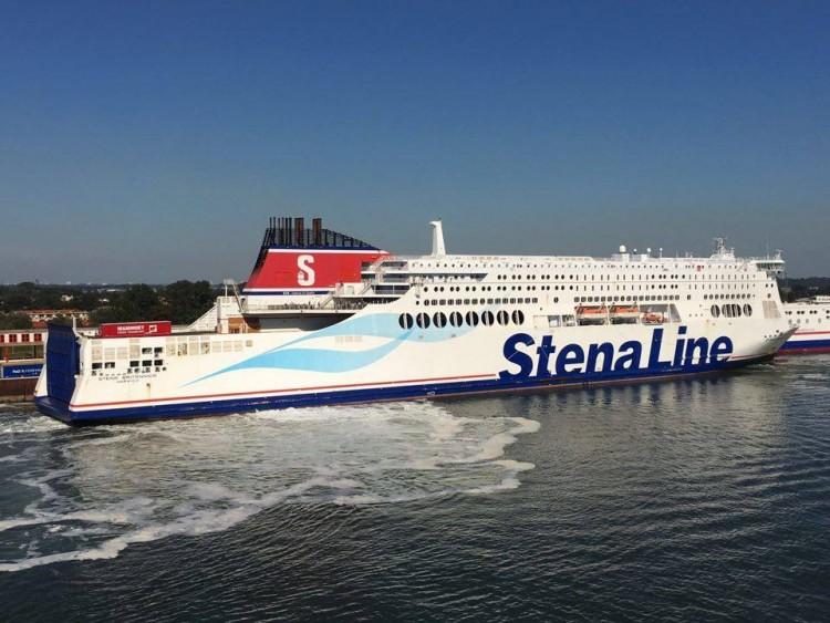 """El buque """"Stena Britannica"""", maniobrando en el puerto de Rotterdam"""