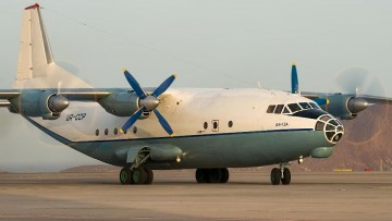El avión cuatrimotor Antonov AN-12A UR-CCP, en Tenerife Sur