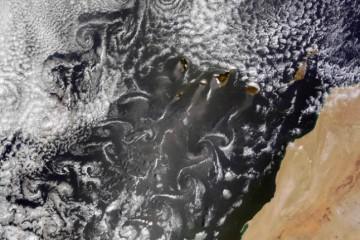Los vórtices de Karman, a modo de gigantescos remolinos, en la imagen de satélite