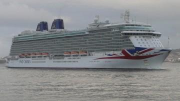 """El buque """"Britannia"""", a su llegada esta mañana al puerto de Vigo"""