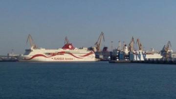 """Los buques """"Tanit"""" y """"Snav Toscana"""" y entre ambos aparece una chimenea del buque """"Disney Wonder"""""""