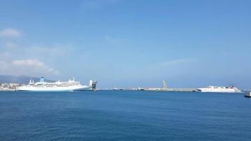 """Por la proa del buque """"Thomson Spirit"""" llega el catamarán """"Milenium Dos"""""""