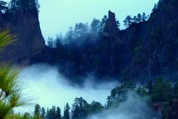 La Caldera, envuelta en nieblas, deja entrever su grandeza