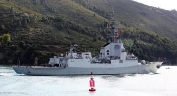 """La fragata """"Almirante Juan de Borbón"""", a su salida de la ría de Ferrol"""