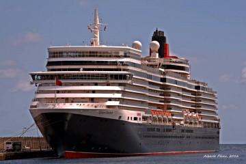 """El buque """"Queen Elizabeth"""", hoy en La Palma, visto por la amura de babor"""