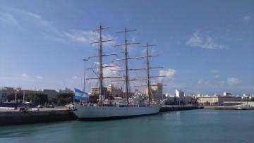 """La fragata ARA """"Libertad"""", atracada en el puerto de Cádiz"""