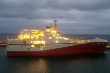 """El buque sísmico """"Ramform Titán"""", atracado en el muelle sur"""