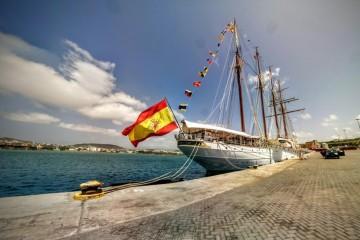 """El buque-escuela """"Juan Sebastián de Elcano"""", atracado en Praia"""