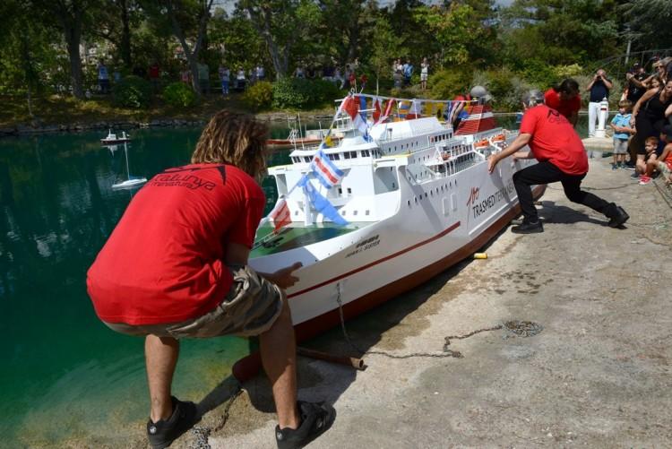 """Momento de la botadura de costado de la maqueta del ferry """"Juan J. Sister"""""""