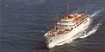 """Vista aérea del buque """"Ciudad de Burgos"""", a su salida del puerto de Palma de Mallorca"""