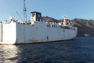 """El buque """"Express 1!, en fondeo, visto por la aleta de estribor"""