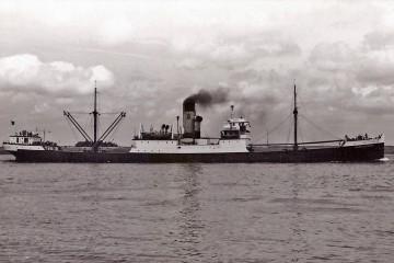 """El buque """"Antonio de Satrústegui"""", visto en toda su eslora por la banda de estribor"""