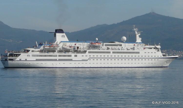 """El buque """"FTI Berlín"""", visto en toda su eslora por la banda da estribor"""