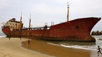 """El petrolero """"Panagia"""", varado en la playa situada al norte de Luanda"""