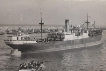 """El buque """"Antonio de Satrústegui"""", saliendo del puerto de Barcelona"""