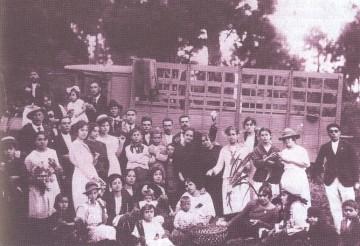 """Un grupo de vecinos festeja la llegada del camión """"Mercedes"""" a Fuencaliente"""
